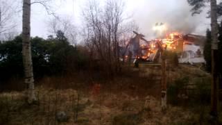 Nedbrunnen radhuslänga i Lextorp med aktiv brand i sista gavelhuset.
