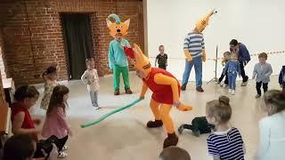 """""""Три кота"""" устроили танцы с детьми и шоу мыльных пузырей."""