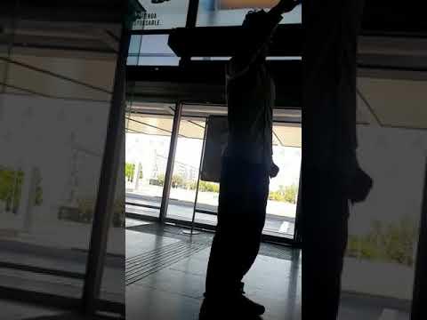 Un joven grita Alá es grande en la estación