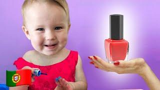 Stefy faz maquiagem na boneca