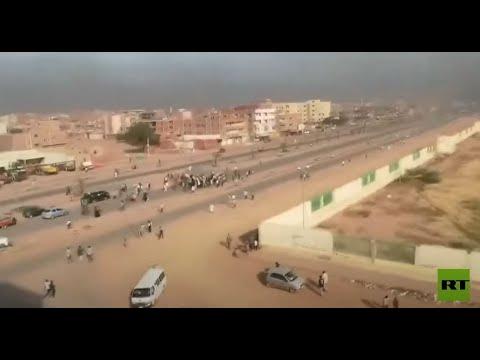 الدخان يتصاعد في الخرطوم مع خروج متظاهرين إلى الشوارع احتجاجا على تحرك الجيش ضد الحكومة  - 20:54-2021 / 10 / 25