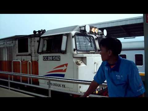 KA Argo Bromo Anggrek dan  tiba di stasiun Cirebon dan KA Bengawan berjalan langsung Stasiun Cirebon