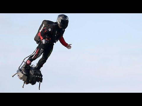 El hombre volador cruza el Canal de la Mancha