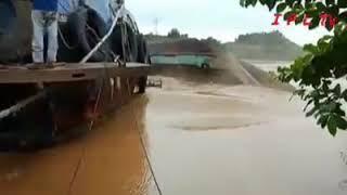 Download Video Kecelakaan Tragis - Kapal LCT Bermuatan Alay Berat Tenggelam di Balikpapan MP3 3GP MP4