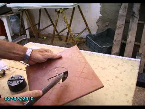 C mo hacer agujeros en azulejos 2 youtube for Como echar gotele sin maquina