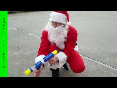 Игры с Дедом Морозом Стреляем с детского пистолета по льву Подарки от Деда Мороза