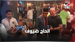 الجماهير تلتقط الصور التذكارية مع الحاج ضيوف بين شوطي مباراة الجزائر وكينيا