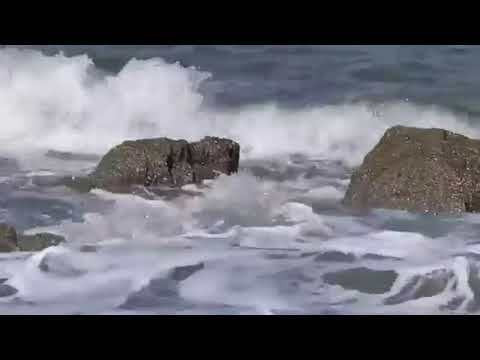 Relaxing Sea Waves splashing in rocks with sound