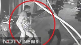 Chain snatching incident in East Delhi caught on camera
