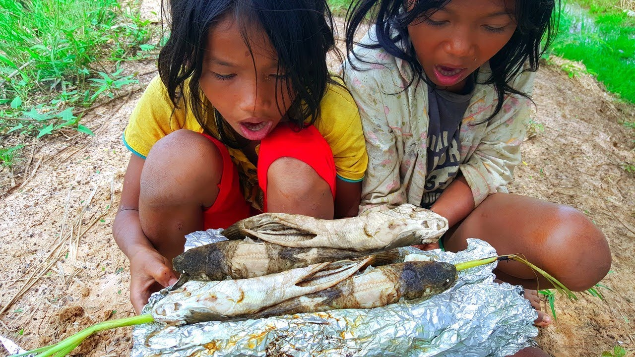 Amazing Kids Cook Fish on Fire at Farm in My Village - Imagine When You were in Your Childhood