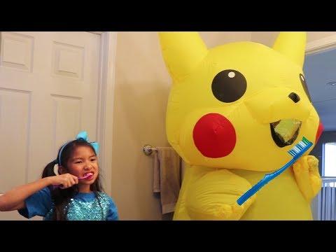 Wendy Pretend Play Morning Routine Brushing Teeth w/ Giant Pikachu Pokemon