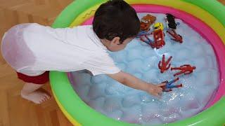 Berat Oyuncakları Havuza Attı