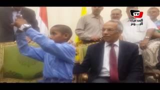 محافظ شمال سيناء يهدي موبايل للتلميذ صاحب عبارة «أمى ماتت ومات معها كل شىء»