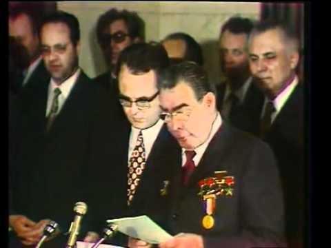 Леонид Брежнев получает орден от Фиделя Кастро