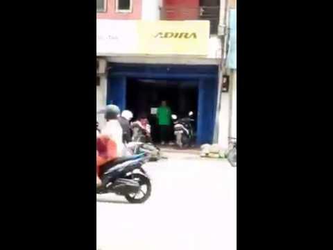 Merasa dipermainkan pihak leasing, pria ini bakar motor sendiri