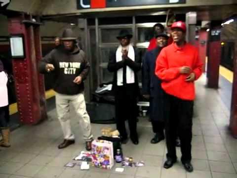 Cantano a cappella nella metropolitana, ma meriterebbero uno stadio come i grandi della musica