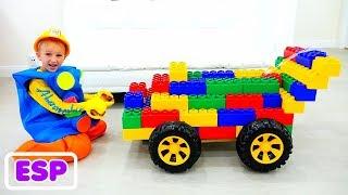 Vlad y Nikita montan en Toy Sports Car y juegan con bloques de juguete de colores