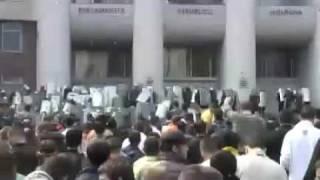 7 Provocatori politia imprastiind fecale prin multime