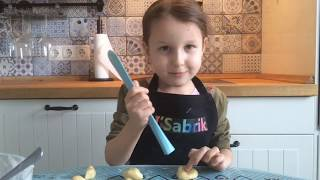 Яся готовит простое детское печенье 🍪. Дети готовят еду сами без родителей.
