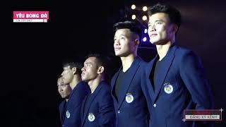 Đình Trọng, Quang Hải, Duy Mạnh diện vest bảnh bao, đội mưa xuất hiện như người mẫu