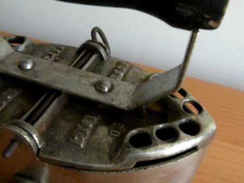 ancien fer a repasser a braises g finn etats unis 1914 youtube. Black Bedroom Furniture Sets. Home Design Ideas