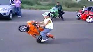 Das Kind auf dem Motorrad. Biker baby Mini Moto