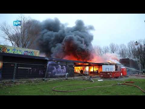 Beelden van zeer grote uitslaande brand in Velsen-Noord