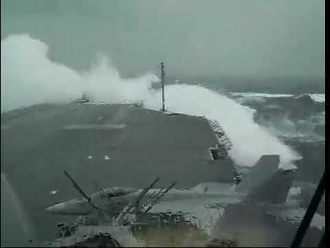 Авианосец CV63 (USS Kitty Hawk) попал в грандиозный шторм
