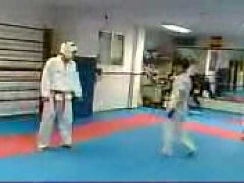 Combate en gimnasio lee youtube for Gimnasio lee