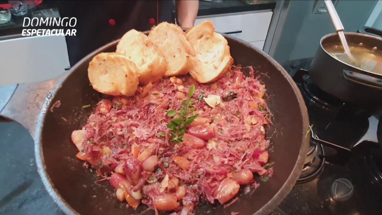 Chef ensina receita com carne seca e pinhão