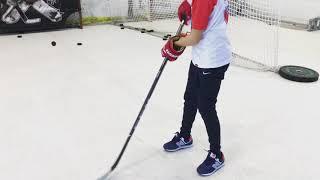 Обучение технике броска. Тренировка хоккеиста на синтетическом льду.