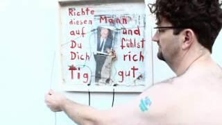 Kommissar Hjuler richtet Helmut Kohl auf