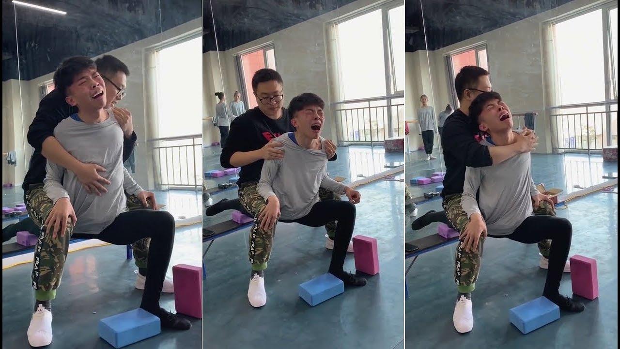 ¡stretchingrific! | Art student daily flexibility training.