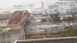 仙台湾岸地域を襲う大津波=南蒲生浄化センター撮影 thumbnail