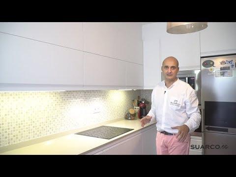 Cocina peque a moderna en forma de l blanca sin - Cocinas pequenas en forma de ele ...