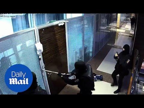 Russia: Police break open door in raid on Alexei Navalny's offices