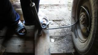 Подкачка колеса УАЗ-3303 ручным насосом