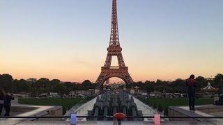 Paris aime la mode : pour la fashion week, la Tour Eiffel prend des couleurs !