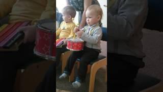 Ярослав первый раз играет на барабане