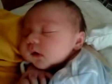 Малыш смеется во сне :)