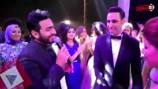 أحمد الشامي يقبل زوجته بأمر من تامر حسني «اتفرج»
