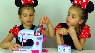 ДЕТСКАЯ ШВЕЙНАЯ МАШИНКА. Как сшить платье для куклы барби. Детский канал Расти вместе с нами.