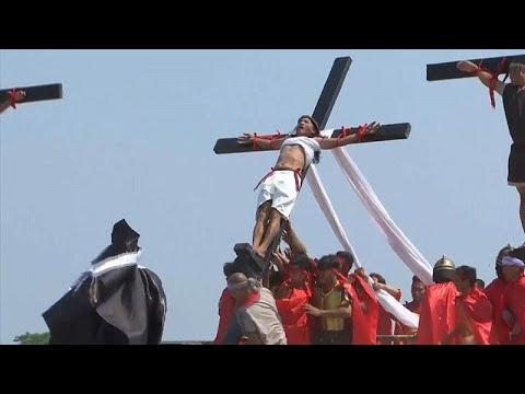 شاهد: محاكاة لصلب المسيح في احتفالات الجمعة العظيمة بالفلبين…