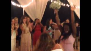 Alexa la novia de Carlos de BTR lanza el ramo