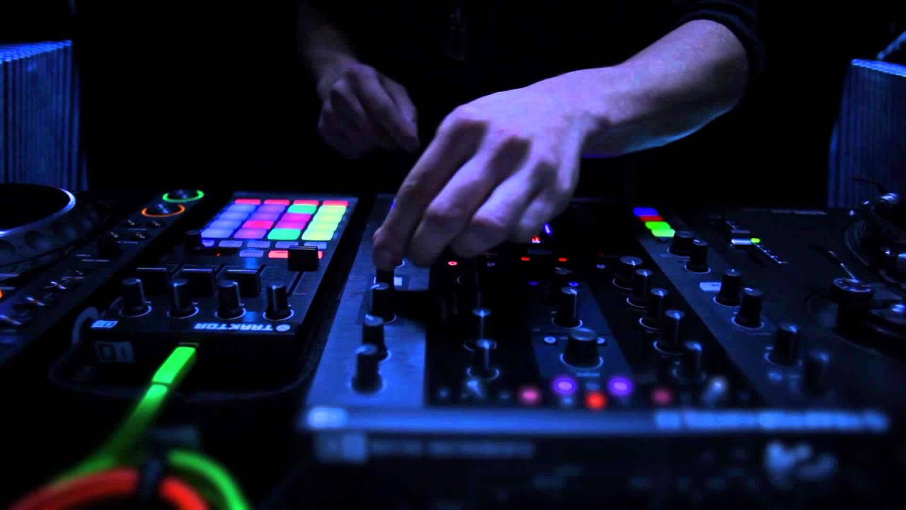 traktor kontrol z2: sneak preview of the 2+2 control dj mixer