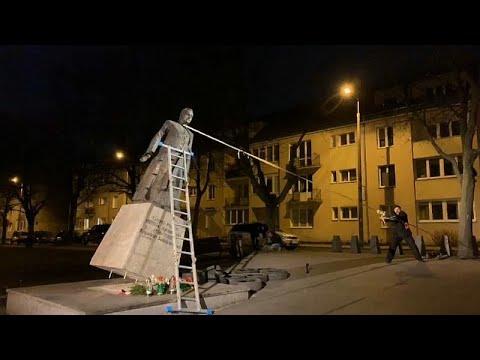 شاهد: نشطاء يحاولون إزالة تمثالا لكاهن في بولندا بعد اتهامه بالاعتداء الجنسي…  - نشر قبل 2 ساعة