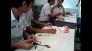 Praktek Fisika kelas XI D membuat motor listrik sederhana.3GP
