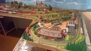Spur N Modellbahn Testfahr Video, mit 2 Zügen einer übers Viadukt