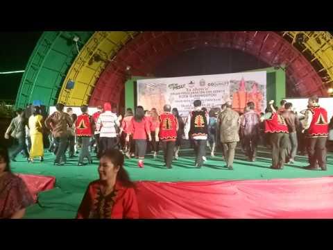 Acara penutupan PRSU stand Kota Gunungsitoli, Tari maena. Diikuti oleh ibu wagubsu dll. Luar biasa