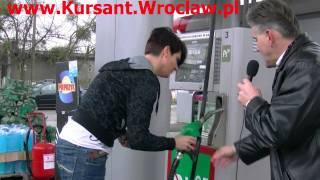 Tankowanie paliwa samochodu Szkoły Kursant na stacji benzynowej